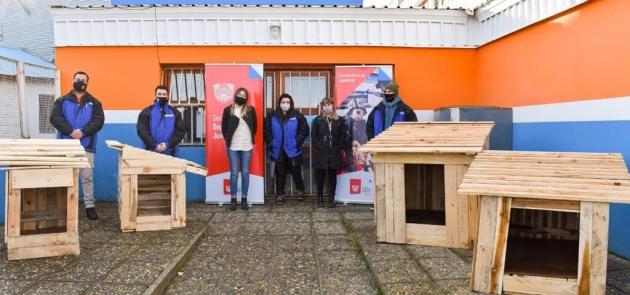 La Subsecretaría de Juventud realizó la entrega de cuchas para animales en situación de calle