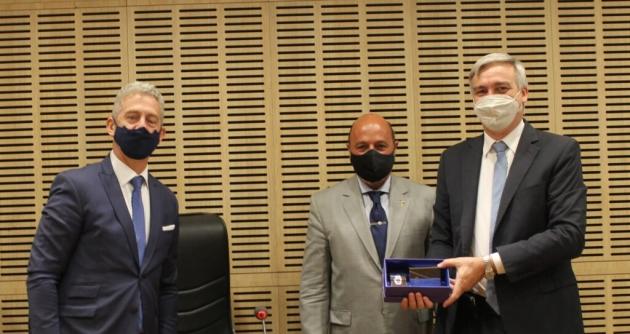 Muchnik hizo entrega de un presente protocolar al catedrático Alfonso Santiago en la jura de Löffler como nuevo juez del Superior Tribunal de Justicia