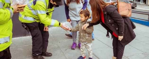 La Policía de la provincia repartió huevos de pascua a chicos y chicas de la provincia