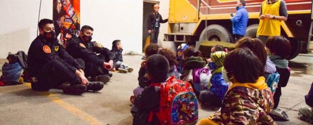 A través del programa de Educación Física Infantil, niños y niñas conocieron el Cuartel de Bomberos de la Policía