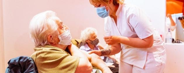 Inició el operativo de vacunación para adultos mayores de 80 años