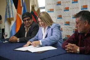 Bertone firmó un convenio para destinar $ 16 millones al financiamiento de obras de gas para los vecinos de Tolhuin