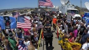 California: manifestaciones en contra y a favor de los inmigrantes en Murrieta
