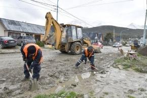 Calles inundadas en el barrio Río Pipo: cuadrillas municipales realizaron trabajos de limpieza