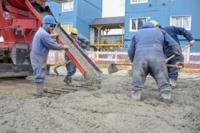 Colocan hormigón en la obra de pavimentación de la avenida De la Estancia en el barrio Río Pipo
