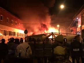 Desalojaron acampe: Denuncian incendio de carpas, represión con antimotines y presencia de civiles sin identificación