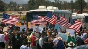 EE.UU.: manifestantes impiden paso de autobuses con inmigrantes en California