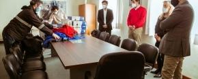 El Gobierno provincial recibió una donación de la Aduana de equipamiento electrónico y prendas de vestir