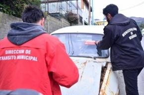 El Municipio colocó obleas de notificación a vehículos abandonados