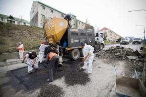 El Municipio de Ushuaia realiza trabajos de bacheo en las 245 Viviendas