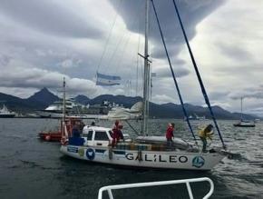 El velero Galileo surca las aguas para homenajear al Crucero General Belgrano