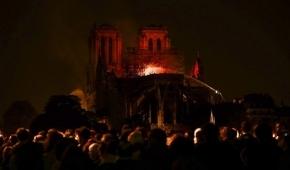 """""""La estructura de la catedral de Notre Dame está a salvo y preservada"""", anunciaron los bomberos de París"""