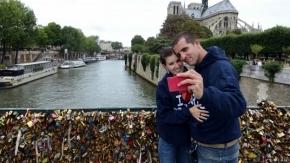 París pone paneles de plástico en puente para evitar candados de enamorados