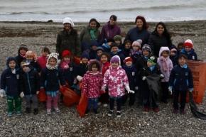 """Se realizó una limpieza de playa con chicos del jardín """"Dominó"""""""