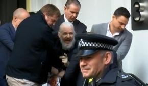 Tras siete años de asilo en la Embajada de Ecuador, Julian Assange fue detenido por la policía británica